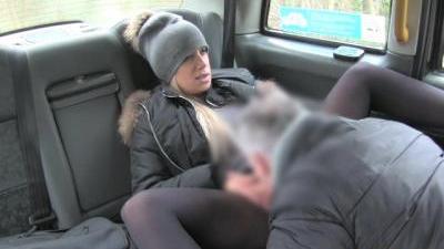 Водитель такси побаловал пассажирку мясистым членом