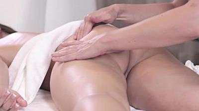 Сексуальная массажистка доводит клиентку до оргазма