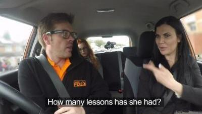Две сучки отдалась в салоне автомобиля