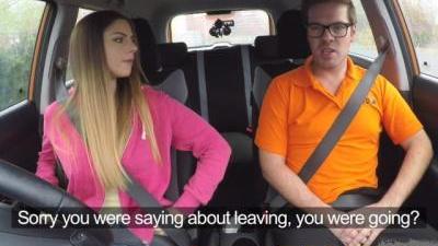 Молоденькая девушка с наслаждением провела время в автошколе