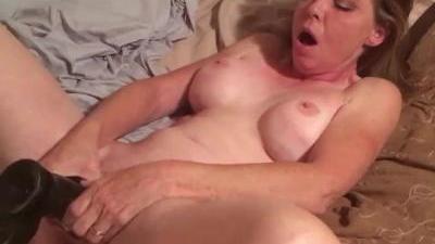 Зрелая женщина ебет себя большим членом