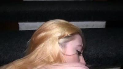 Блондинка занялась сексом в подъезде дома