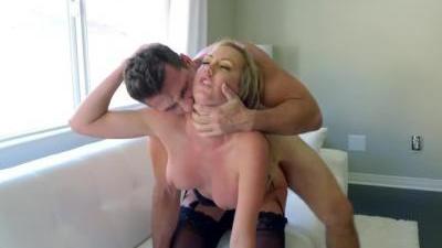 Муж и жена вместе занимаются сексом и сделали из этого домашнее порно
