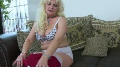 Зрелая блондинка мастурбирует свою киску