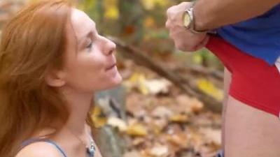 Муж ебет жену в лесу и кончает в рот
